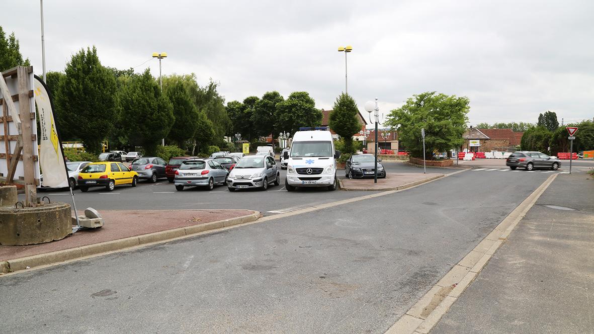 L'entrée à droite de la photo est remplacée par l'entrée de gauche, afin d'accéder au supermarché.